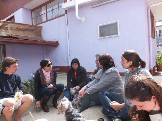 Nossa família junto com outros hospedes no pátio Del Mirador