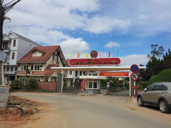 Dalat Family Hostel : Hard to find your way but taxi drivers will recognize this. Turn left into the ally before this.