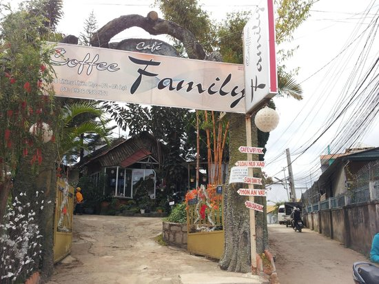 Dalat Family Hostel: The small family  cafe right before turning left to the hostel