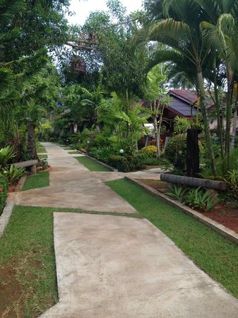 Noppharat Resort: The walkway to the bungalows