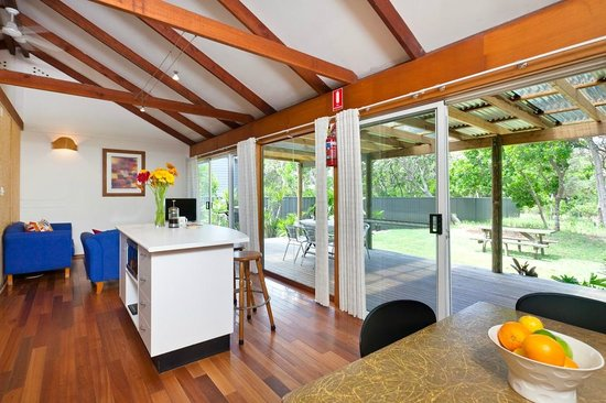 Tallow Beach Houses : Open plan living area with large deck