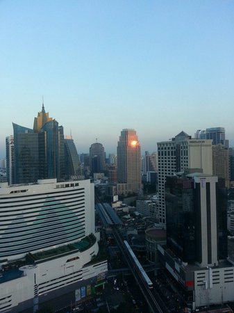 Sofitel Bangkok Sukhumvit: Bangkok Evening View from our Suite..