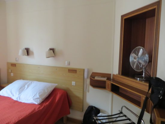 Hotel Marignan: View inside a double room with no toilet/shower