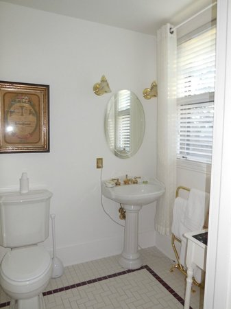 1900 Inn on Montford: Very clean private bathroom with towel warmer and hot tub!