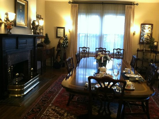 1900 Inn on Montford: Beautiful dining room feels cozy with the fireplace