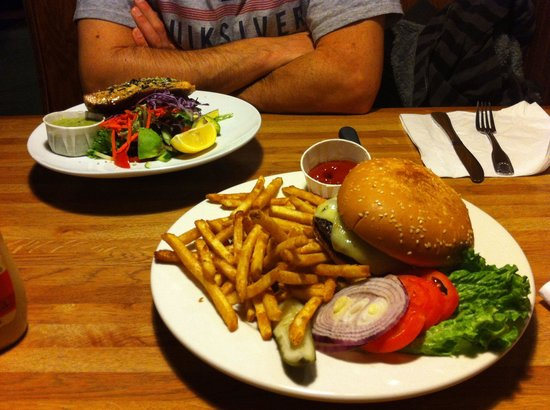 Pacific Restaurant: Salad and the burger. Looks good!