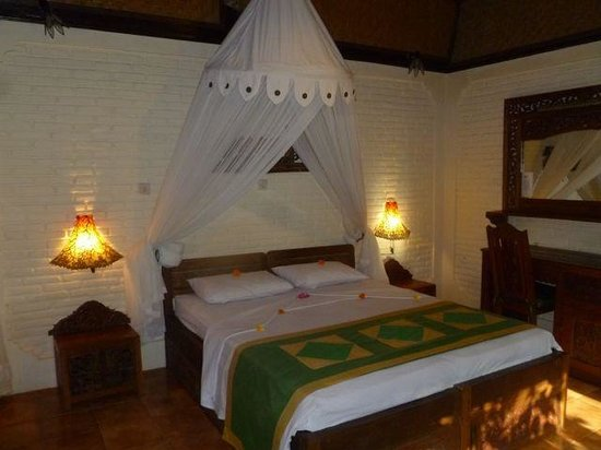 Pondok Sari Beach Bungalow Resort & Spa : fresh flowers on the bed each day