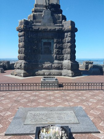 One Tree Hill (Maungakiekie) : front of monument