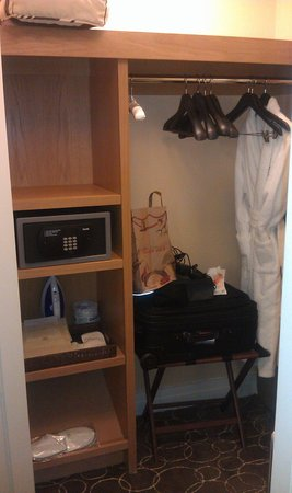 Sofitel Los Angeles at Beverly Hills : closet with safe
