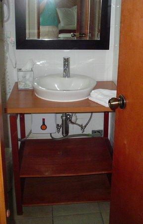 Le Consulat, Ascend Collection Hotel : third floor bathroom