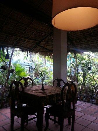 Jasmine Garden Villa: Dining room surrounded by plants.