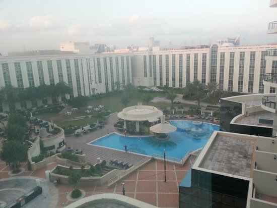 Millennium Airport Hotel Dubai: swimming pool from the room.