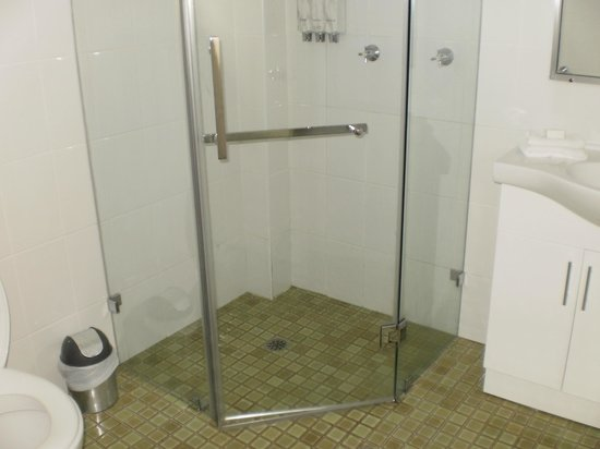 Sanctuary Resort Motor Inn: Shower