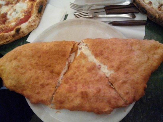 Da Pellone: Pizza fritta con provola, cicicoli e pepe