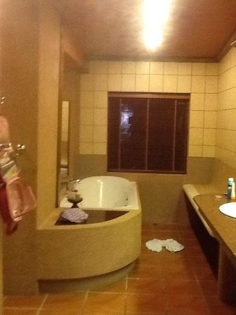Royal Phawadee Village : bathroom