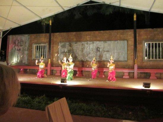 Raffles Grand Hotel d'Angkor: pavilion at night