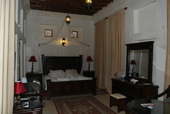Barjeel Heritage Guest House: Our room looking at bed