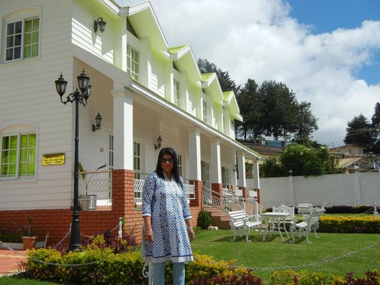 Hotel Sunpark Ooty: Front Rooms in background