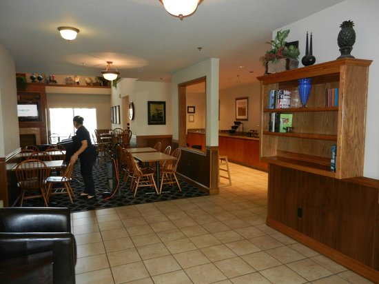 Charter Inn & Suites: Part of lobby and dining area