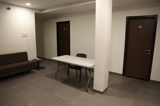 Hotel Girnar : Vaste couloir du 1er étage