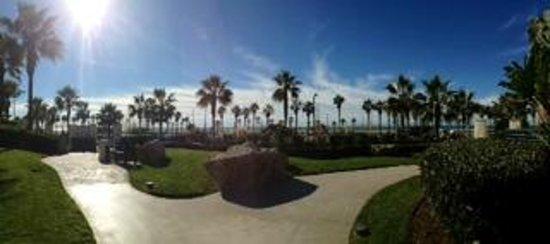 Hyatt Regency Huntington Beach Resort & Spa: Walk towards the kiddie pool