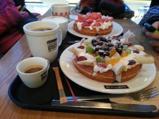 BeansBins Coffee Garosugil: Strawberry & Mixed Fruits waffles!!!.
