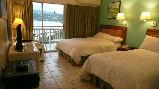 The Flamboyant Hotel & Villas: Simple but clean and comfortable room