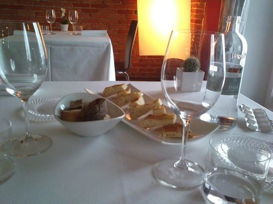 La Locanda dell'Angelo: tavolo e pane