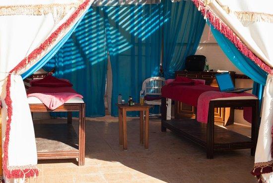 Shark's Bay Oasis Hotel: مركز صغير للمساج علا الشاطئ وبه مباشرا