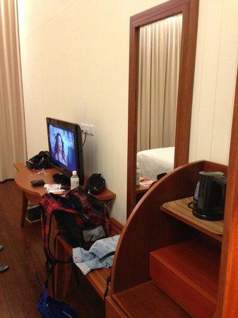 Turi Beach Resort: TV minibar (Riani)
