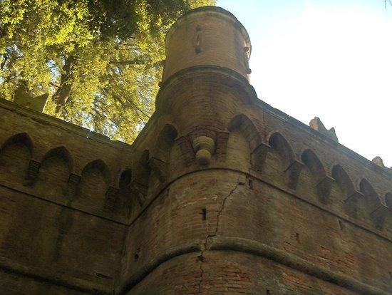 Villa Baciocchi: mura e posto di guardia