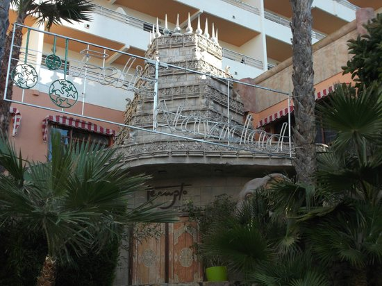 HOTEL PALM BEACH: temple outside discoteque