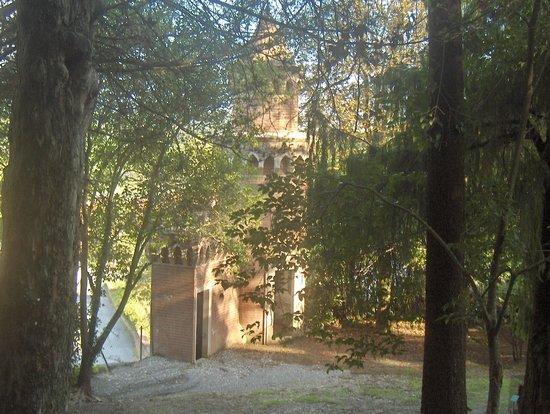 Villa Baciocchi: torre di guardia nel giardino