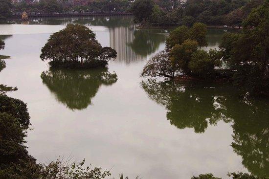 Chatrium Hotel Royal Lake Yangon: Vista del lago desde la habitacion