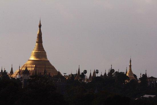 Chatrium Hotel Royal Lake Yangon: Vista de la pagoda Shwedagon desde la habitacion