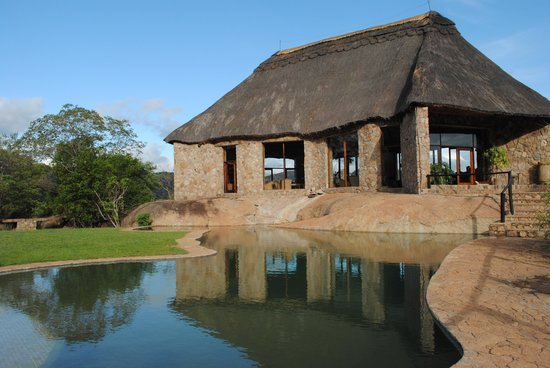 Matobo Hills Lodge: The granite swimming pool and bar / lounge area