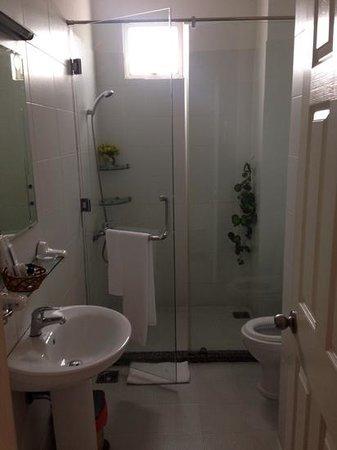 Cat Huy Hotel : Bathroom in 502