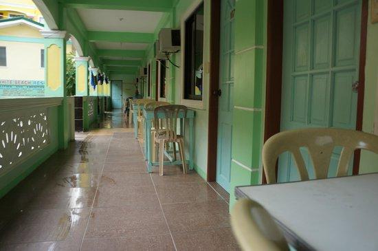 White Beach Resort : hallway