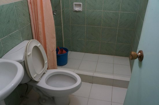 White Beach Resort: Toilet and bath