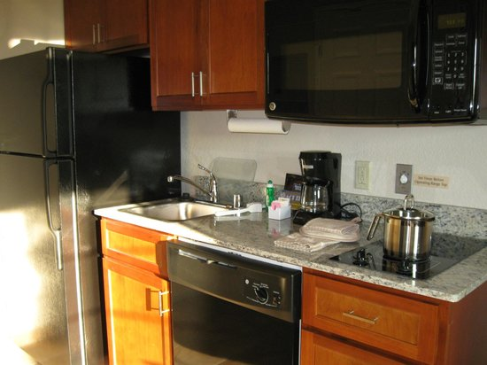 Candlewood Suites Burlington: Kitchenette with place settings for two