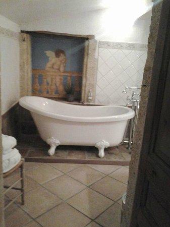 Hostellerie Le Castellas: Jolie baignoire avec l 'ange qui veille sur vous