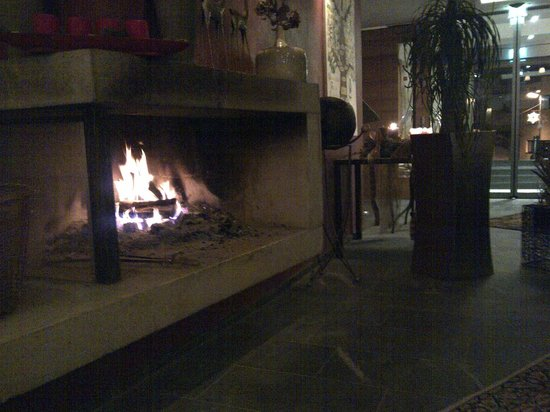 Sonnenhotel Hochsölden: Fireplace in the lobby..