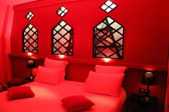 Hôtel Design Secret de Paris : Chambre (lit) ambiance rouge tamisée