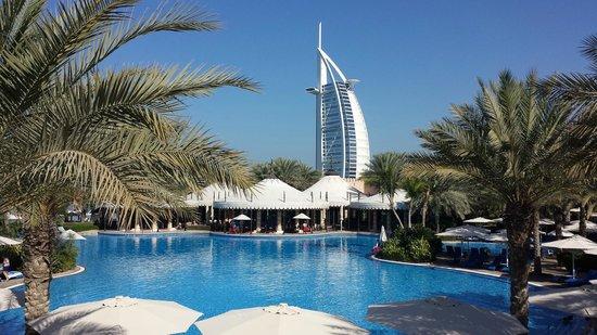 Jumeirah Al Qasr at Madinat Jumeirah : Piscina riscaldata controllata da 12 bagnini!
