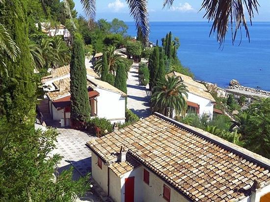 Villaggio Turistico Tibiceco : Un piccolo borgo affacciato sul mare