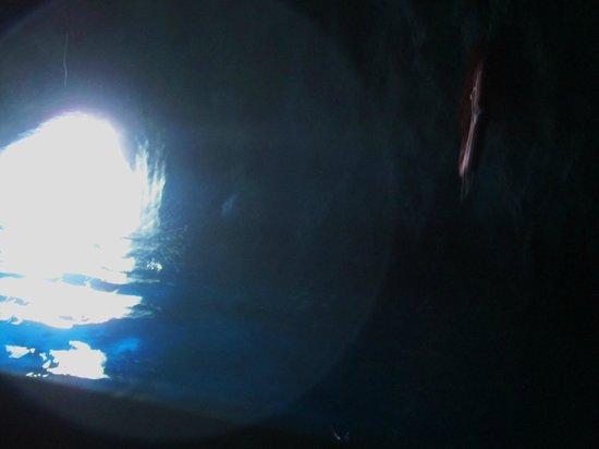Blaue Grotte (Grotta Azzurra): 青の洞窟・・・手漕ぎボートから入り口を臨む