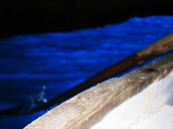 Blaue Grotte (Grotta Azzurra): 青の洞窟・・・ボートのオールと美しい海水の色