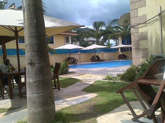 Regency Park Hotel: Pool and outside space