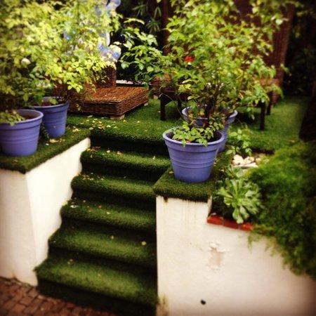 Hotel de Provence: Jardín entrada