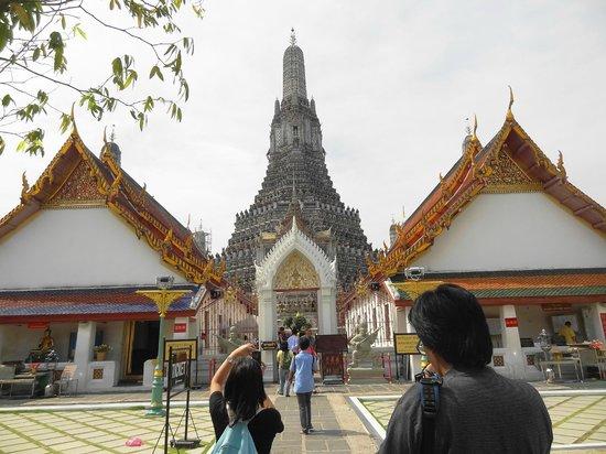 Wat Arun (Tempel der Morgenröte): From front yard